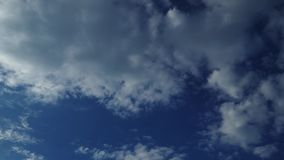 Nuvens de transformação em um dia ensolarado, lapso de tempo filme