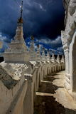 Nuvens de trovão sobre um templo! Foto de Stock