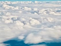 Nuvens de uma janela do avião sobre Nova Zelândia fotografia de stock