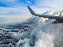 Nuvens de uma janela plana fotografia de stock royalty free