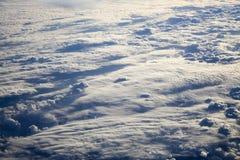 Nuvens diferentes abaixo, vista de um plano Foto de Stock