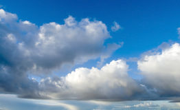 Nuvens do branco do céu azul Foto de Stock