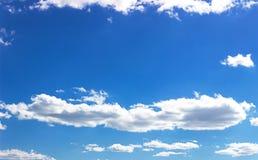 Nuvens do branco do céu azul Imagens de Stock