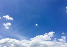 Nuvens do branco do céu azul Fotografia de Stock Royalty Free