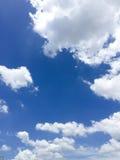 Nuvens do branco do céu azul Fotografia de Stock