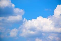 Nuvens do céu azul e do branco 171018 0170 Foto de Stock