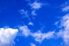 Nuvens do céu azul e do branco 171019 0180 Fotos de Stock Royalty Free