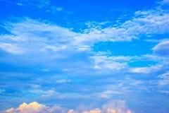 Nuvens do céu azul e do branco 171019 0241 Imagens de Stock