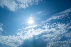 Nuvens do céu azul no dia da luz do sol imagem de stock