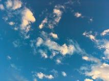 Nuvens do céu azul no dia da luz do sol imagens de stock royalty free