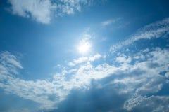 Nuvens do céu azul no dia da luz do sol imagem de stock royalty free