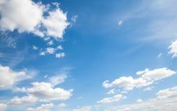 Nuvens do céu, céu com nuvens e sol Imagens de Stock