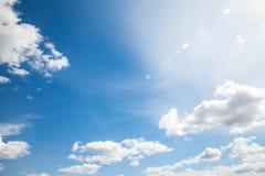 Nuvens do céu, céu com nuvens e sol Fotografia de Stock Royalty Free