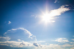 Nuvens do céu da foto do Vignetting e alargamento do sol Imagem de Stock