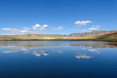 Nuvens do céu da reflexão das montanhas do lago Foto de Stock