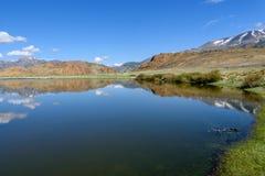 Nuvens do céu da reflexão das montanhas do lago Fotografia de Stock
