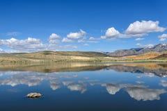 Nuvens do céu da reflexão das montanhas do lago Imagens de Stock
