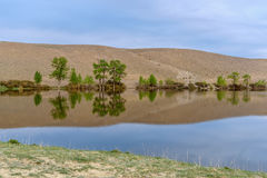 Nuvens do céu das montanhas da reflexão do lago Fotografia de Stock