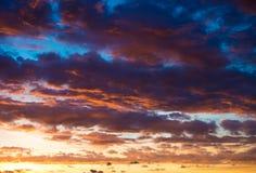 Nuvens do céu do por do sol imagem de stock