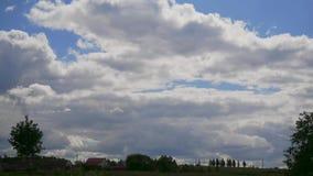 Nuvens do lapso de tempo com casas video estoque