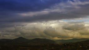 Nuvens do lapso de tempo no por do sol O céu dramático filme