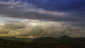 Nuvens do lapso de tempo no por do sol O céu dramático video estoque