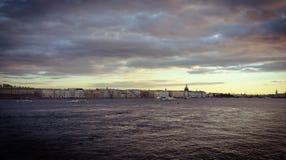 Nuvens do outono da cidade de St Petersburg em Neva imagens de stock royalty free