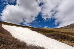 Nuvens do pico da neve da montanha Fotos de Stock
