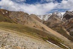 Nuvens do pico da neve da montanha Imagem de Stock Royalty Free