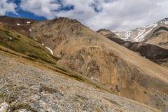 Nuvens do pico da neve da montanha Foto de Stock