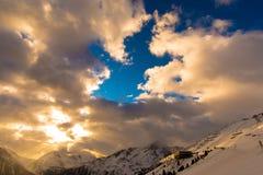 Nuvens do pico de montanha fotografia de stock