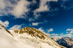 Nuvens do pico de montanha Imagens de Stock Royalty Free