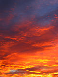 Nuvens do por do sol do inferno imagem de stock