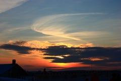 Nuvens do por do sol sobre a vila Imagens de Stock