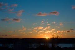 Nuvens do por do sol sobre a vila Foto de Stock Royalty Free