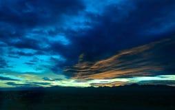 Nuvens do por do sol do nascer do sol do verde azul foto de stock