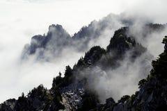 Nuvens do rolamento nas montanhas foto de stock royalty free
