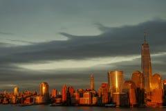 Nuvens do sol do dia da skyline de New York City foto de stock