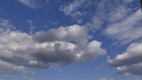nuvens dos laboratórios do tempo em um céu azul vídeos de arquivo