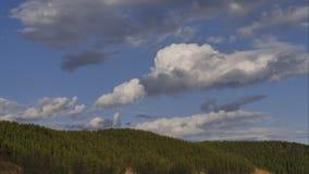 nuvens dos laboratórios do tempo em um céu azul video estoque
