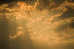 Nuvens douradas e céu tormentoso. Fotos de Stock Royalty Free