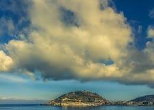Nuvens dramáticas acima de San Sebastian no final da tarde fotos de stock royalty free