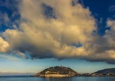Nuvens dramáticas acima de San Sebastian no final da tarde foto de stock royalty free