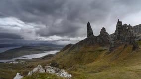 Nuvens dramáticas chuvosas sobre montanhas escocesas vídeos de arquivo