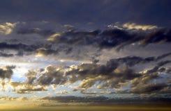 Nuvens dramáticas coloridas da American National Standard do céu no por do sol fotografia de stock