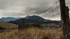 Nuvens dramáticas do outono sobre a paisagem rural Zorra disparada sobre a cerca e a grama seca video estoque
