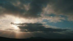 Nuvens dramáticas do temporal Tempo-lapso de nuvens de tempestade escuras fastmoving video estoque