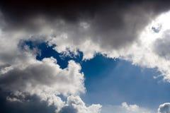 Nuvens dramáticas pretas sobre o céu azul fotografia de stock royalty free