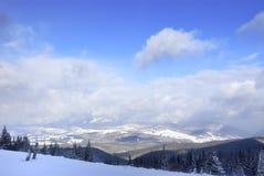 Nuvens dramáticas sob montanhas nevadas Foto de Stock Royalty Free