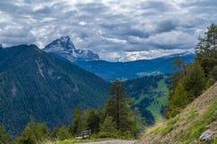 Nuvens dramáticas sobre a montanha Peitlerkofel em Tirol sul, Itália Fotografia de Stock Royalty Free